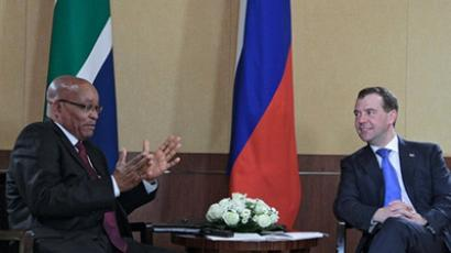 Sanya: Russian President Dmitry Medvedev (R) speaks with his South African counterpart Jacob Zuma as they meet in the Chinese city of Sanya on the Hainan Island, on April 13, 2011. (AFP Photo / Mikhail Klementiev)
