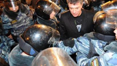 Police officers surround Russian opposition leader Boris Nemtsov (C), who was detained while taking part in an unauthorized rally on December 6, 2011 (AFP Photo / Kirill Kudryavtsev)