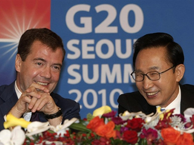 South Korea's President Lee Myung-bak (L) and Russia's President Dmitry Medvedev attend a press conference at the presidential Blue House in Seoul on November 10, 2010 (AFP Photo / Pool / Ahn Young-joon)