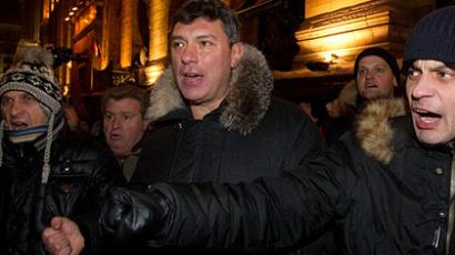 Opposition leader Boris Nemtsov (center) on Moscow's Triumfalnaya Square on December 31, 2010 at a rally in support of Article 31 of the Constitution (RIA Novosti / Mikhail Fomichev)
