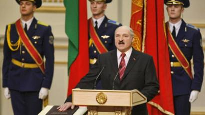 Minsk : Belarussian President Alexander Lukashenko takes the presidential oath placing his hand on the Belarusian Constitution during an inauguration ceremony at the Palace of the Republic in Minsk, on January 21, 2011. (AFP Photo /Sergey Gritis)