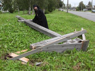 Vandals cut down worship cross in Arkhangelsk (image by RIA Novosti)