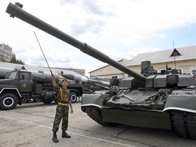 Kiev: An Ukrainian officer stands next to the newest Ukrainian tank Oplot (Stronghold) in Kiev on August 19, 2009 before a rehearsal for the Ukrainian Independence day parade. Ukraine celebrates Independance day on August 24.(AFP PHOTO / GENYA SAVILOV)