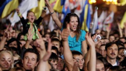 Ukraine, Kiev : People cheer for unseen Ukrainian Prime Minister Yulia Timoshenko as she stands with performers on stage during a concert at the opening of her pre-election tour in Kiev late on September 12, 2009. Timoshenko embarked upon a tour of The Ukraine to canvas for support in the January 2010 presidential elections. (AFP Photo / Prime-minister press-service pool / Alexander Prokopenko)