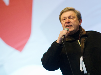 """Leader of the Yabloko Party Grigory Yavlnsky speaks at an authorized opposition rally """"For Fair Election"""" on Sakharov Avenue, Moscow (RIA Novosti / Alexander Vilf)"""
