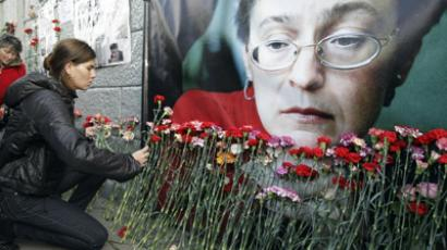 People laying flowers at the apartment building where the journalist Anna Politkovskaya lived. (RIA Novosti / Sergey Savastjanov)