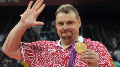 Russian volleyball team's head coach, Vladimir Alekno, with the London 2012 gold medal (RIA Novosti / Vladimir Pesnya)