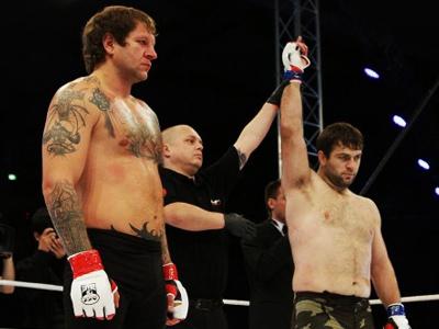 Magomed Malikov (R) declared winner in his bout against Aleksandr Emelianenko. (Image from mixfight.ru)