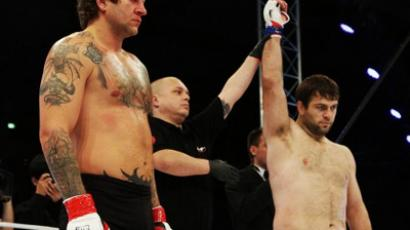 Magomed Malikov (R) declared winner in his bout against Aleksandr Emelianenko. (Image from mixfight.ru)