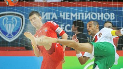 Ilya Leonov of Russia block the shot of Portugese player, Madjer, in the Beach Soccer Euro Cup final (RIA Novosti / Vladimir Pesnya)