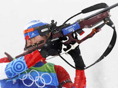 Russia's Evgeny Ustyugov prepares to shoot during the men's 4 x 7.5 km relay biathlon final at the Vancouver 2010 Winter Olympics in Whistler, British Columbia, February 26, 2010 (AFP Photo / Getty Images)