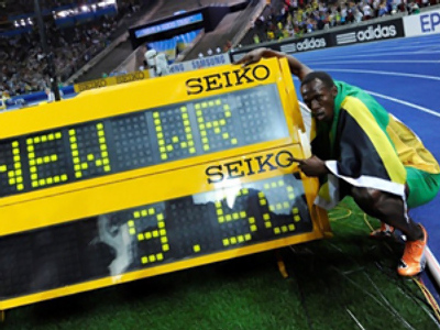 Usain Bolt celebrates after winning the men's 100m final race of the 2009 IAAF Athletics World Championships (AFP Photo / Adrian Dennis)