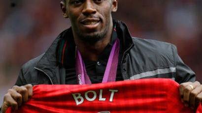 Jamaican sprinter Bolt poses with a Manchester United jersey  (Reuters/Phil Noble)