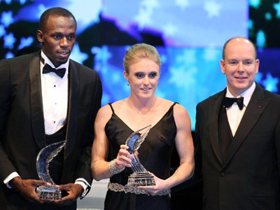Prince Albert II of Monaco (R) poses with athletes Sally Pearson of Australia (C) and Usain Bolt of Jamaica (L), after being awarded best female and male athletes of the year 2011, in Monaco during the International Association of Athletics Federations (IAAF) gala on November 12, 2011 (AFP Photo / VALERY HACHE)