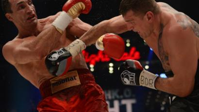 Ukrainian heavyweight boxing world champion Wladimir Klitschko (L) fights with Polish challenger Mariusz Wach (AFP Photo / Patrick Stolars)