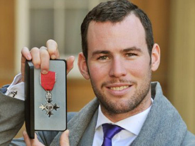 London : British cyclist Mark Cavendish poses with his MBE (Member of the Order of the British Empire) after receiving the honour from Queen Elizabeth at Buckingham Palace in London on November 30, 2011. (AFP Photo / John Stillwell )