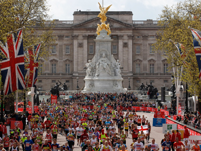 Runners approach the finish line at Buckingham Palace in the London Marathon, April 22, 2012 (Reuters/Suzanne Plunkett)