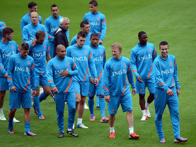 Dutch Euro 2012 squad greeted with 'monkey chants' in Poland