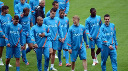 Netherlands national football team players and headcoach Bert van Marwijk (C) attend a training session at the Reymana Stadium in Krakow on june 5, 2012, three dayes ahead the opening of the Euro 2012 football championships. (AFP Photo/Anne-Christine Poujoulat)