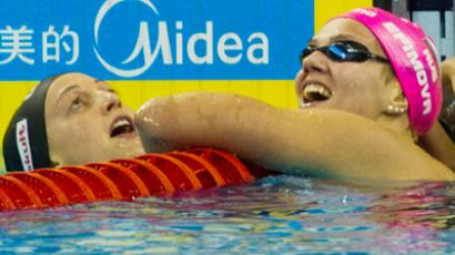 Rebecca Soni and Yulya Efimova (R) seconds after the finish (RIA Novosti / Aleksandr Vilf)