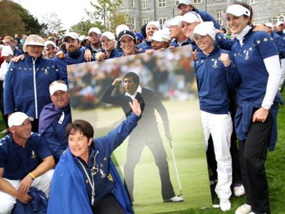 Europe's team captain Alison Nicholas (C) points to a photograph of Spanish golfer Seve Ballesteros as the team celebrates on the 18th green after Europe defeated the U.S to win the Solheim Cup following the singles matches on the final day at Killeen Castle in Dunsany near Dublin, on September 25, 2011 (AFP Photo)