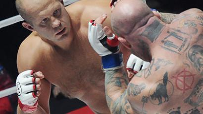 Fedor Emelianenko (L) takes on US fighter, Jeff Monson, in Moscow on November 20 (RIA Novosti / Vladimir Astapkovich)