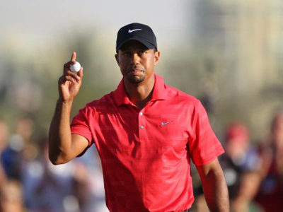 Tiger Woods acknowledges the gallery during the final round of the Abu Dhabi Championship on January 29, 2012 in Abu Dhabi (AFP Photo / Karim Sahib)