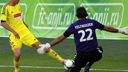 Anji player Fedor Smolov and Vitesse goalkeeper Pete Veltheyzen (from left) in the 3rd qualifying round match of the UEFA Europa League between football clubs Anji (Makhachkala, Russia) and Vitesse (Arnhem, the Netherlands) (RIA Novosti / Anton Denisov)