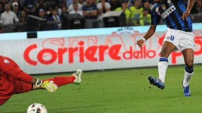 Inter Milan's Cameroonian forward Samuel Eto'o (R) shoots to score against Palermo's goalkeeper Salvatore Sirigu during the Italian Cup final football match Inter Milan vs Palermo at the Olimpico Stadium in Rome on May 29, 2011 (AFP Photo / Andreas Solaro)