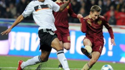 Vladimir Bystrov (R) of Russia vies with Jérôme Boateng (L) of Germany (AFP Photo / Natalia Kolesnikova)