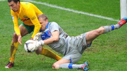 Lokomotiv's keeper, Dario Kresic, takes the ball from, Ivelin Popov, of Kuban (RIA Novosti/Ramil Sitdikov)
