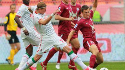 Lokomotiv's goalscorer, Dmitry Tarasov, (L) tackles Aleksandr Ryazatsev of Rubin. (RIA Novosti / Vitaliy Belousov)