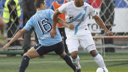 Zenit's striker Hulk (R) dribbles past Bruno Teles of Krylia Sovietov (RIA Novosti / Yuri Streletc)