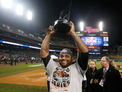 San Francisco Giants third baseman Pablo Sandoval holds the World Series MVP trophy after his team defeated the Detroit Tigers in Game 4 to win the MLB World Series baseball championship in Detroit, Michigan, October 28, 2012 (Reuters / Mark Blinch)