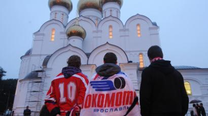 Hockey fans at the Assumption Cathedral after the funeral service for the Lokomotiv Yaroslavl hockey players, who died as a result of the Yak-42 crash near Yaroslavl's Tunoshna Airport (RIA Novosti / Konstantin Chalabov)