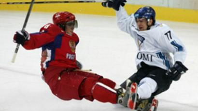 Alexander Ovechkin (L) and Anti-Jussi Niemi fall during the 2006 Winter Olympic ice hockey game (AFP Photo / Don Emmert)