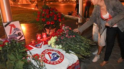 Hockey fans in bring flowers and candles to commemorate the late Lokomotiv Yaroslavl team. (RIA Novosti / Andrei Aleksandrov)