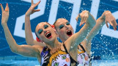 Russia's Natalia Ishchenko and Svetlana Romashina compete during the synchronised swimming competition at the London 2012 Olympic Games (AFP Photo / Martin Bureau)