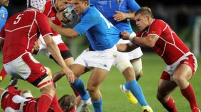 Tommaso Benvenuti of Italy (C) is tackled by Alexey Makovetskiy of Russia (AFP Photo / Marty Melville)
