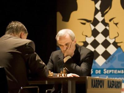Garry Kasparov (R) and Anatoly Karpov at the Arts Palau in Valencia on Septemeber 22, 2009 (AFP Photo / Jose Jordan)