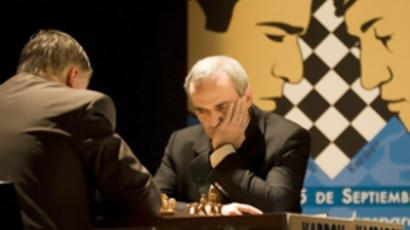 Garry Kasparov (R) and Anatoly Karpov at the Arts Palau in Valencia on Septemeber 22, 2009 (AFP Photo / Jose Jordan)