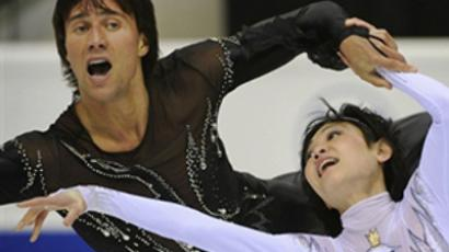 Yuko Kavaguti and Alexander Smirnov perform during the World Figure Skating Championships on March 23, 2010 (AFP Photo / Damien Meyer)