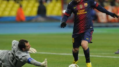 Barcelona player Lionel Messi (L) beats Spartak goalkeeper Andrey Dikan in the 2012/13 UEFA Europa League group stage match (RIA Novosti / Alexey Filippov)