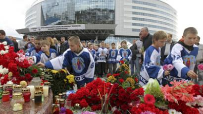 Hockey fans lay flowers in front of the Minsk arena (RIA Novosti / Andrei Aleksandrov)