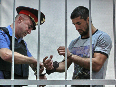 World mixed martial arts champion Rasul Mirzayev suspected in beating to death 19-year-old student Ivan Agafonov bought in handcuffs to the hearing of Moscow's Zamoskvorechye court (RIA Novosti / Andrey Stenin)