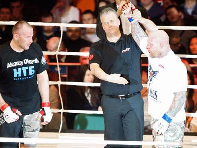 Jeff Monson (R) declared winner of his bout Aleksey Oleinik. (RIA Novosti / Vadim Zhernov)