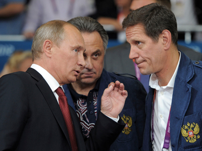 Russian President Vladimir Putin (L) talks to Russia's Sports Minister Vitaly Mutko (C) and Russia's Olympic Commitee President Alexander Zhukov (R) after watching the judo competition at the Olympics (AFP Photo / A Druzhinin)