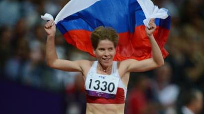 T12 class 1.500m runner, Elena Pautova, poses with the Russian flag at the London Paralympics (RIA Novosti / Iliya Pitalev )