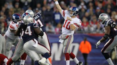Eli Manning #10 of the New York Giants throws against the New England Patriots (AFP Photo / Jim Rogash)