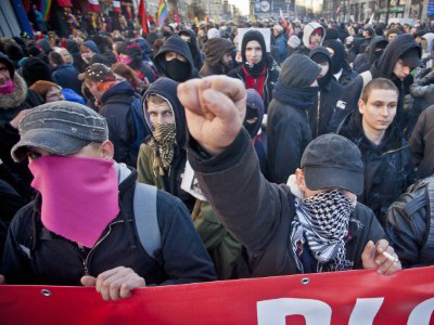 A Polish anti-fascists demonstrate as they block far-right demonstrators during rallies held to mark the country's independence day in Warsaw, on November 11, 2011 (AFP Photo / Wojtek Radwanski)